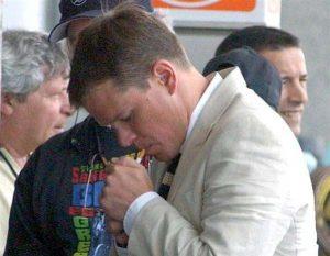 Matt Damon allumant une cigarette
