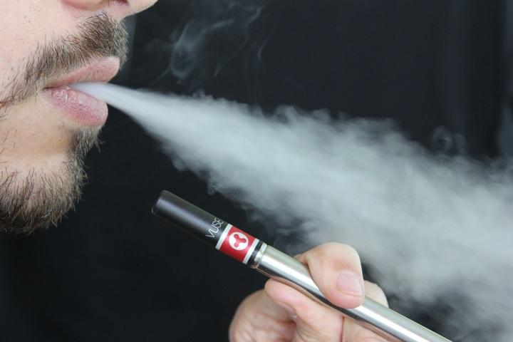 Ne présumez pas que les e-cigarettes sont inoffensives